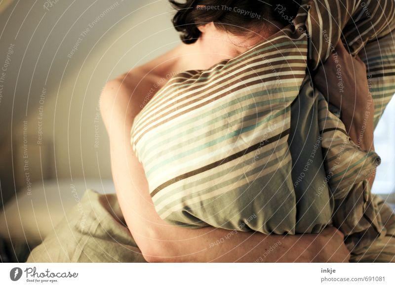 willkommen in der sommerzeit... Lifestyle Stil Erholung ruhig Freizeit & Hobby Häusliches Leben Schlafzimmer Frau Erwachsene Frauenoberkörper Oberkörper 1