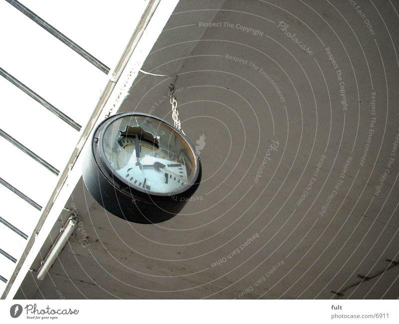 Zeitlos Beton Industrie kaputt Uhr Decke