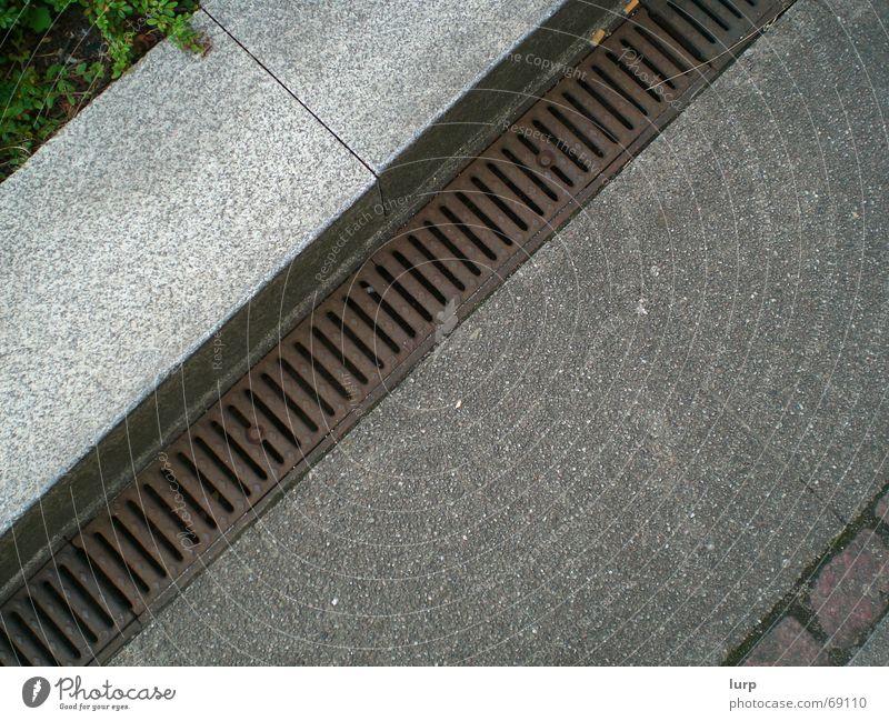 schau mal nach unten ... Verkehrswege Wege & Pfade Stein Beton Metall Rost braun grau grün Wasserrinne Regenrinne Bürgersteig Bordsteinkante parallel Bodenbelag