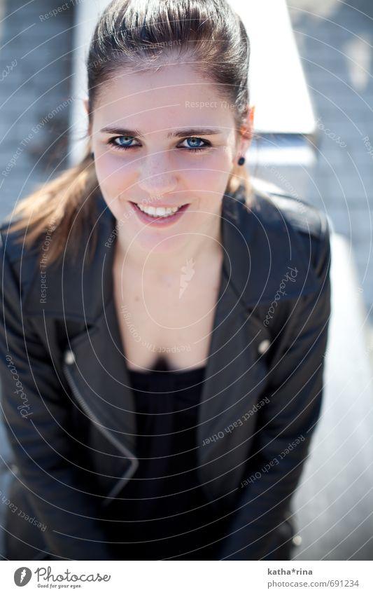 * elegant Freude Glück schön Gesicht Mensch feminin Junge Frau Jugendliche 1 18-30 Jahre Erwachsene Jacke Leder brünett Fröhlichkeit dünn Erotik blau schwarz