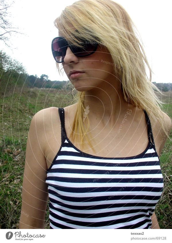 durch die lila brille ... Frau Mensch Gesicht Wiese feminin Haare & Frisuren Feld blond Brille violett Top Sonnenbrille bewegungslos Hochmut gestreift