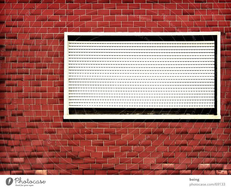 Fenster zur Strasse Einsamkeit Fassade geschlossen Sicherheit verfallen Furche Fuge Altbau Sanieren Jalousie Fensterbrett Metzgerei Rollo vermieten Sichtschutz