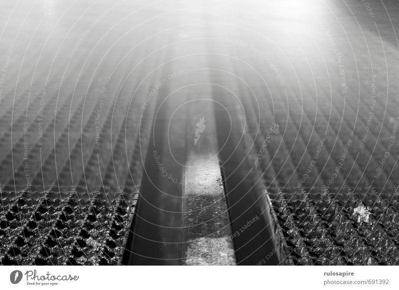 Schiene Fischerdorf Hafenstadt Menschenleer Gleise kalt grau schwarz weiß Wasseroberfläche Wasserfahrzeug Küste Metallwaren Stahl Gitter Gitterrost