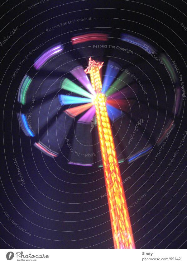 pilz Jahrmarkt Langzeitbelichtung mehrfarbig Nacht Riesenrad Oktoberfest Licht gelb grün rot violett Aktion Geschwindigkeit Schaukel Schiffschaukel dunkel