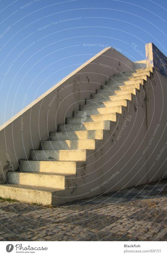 just another stairway to heaven Himmel blau Einsamkeit Ferne Horizont Treppe Unendlichkeit Geländer Kopfsteinpflaster kariert Pflastersteine Portugal Lissabon