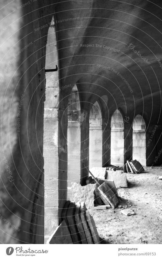 aus alt mach neu Dachüberhang Baustelle Licht Steinplatten Ludwigsburg Restauration schwarz weiß Grauwert Torbogen Schatten monrepos Burg oder Schloss