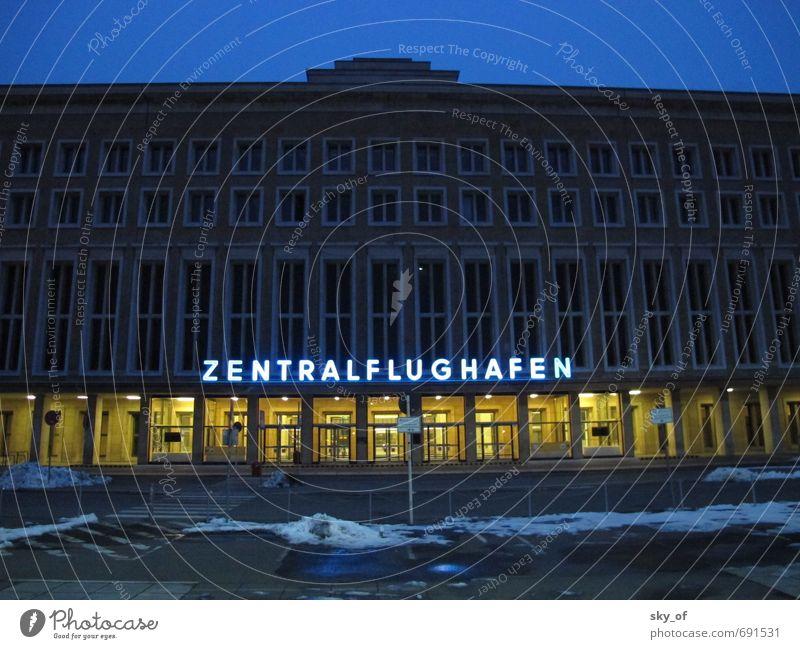 Zentralflughafen Stadt Menschenleer Flughafen Berlin-Tempelhof fliegen Ferien & Urlaub & Reisen fest historisch kalt retro blau Verantwortung Müdigkeit Fernweh