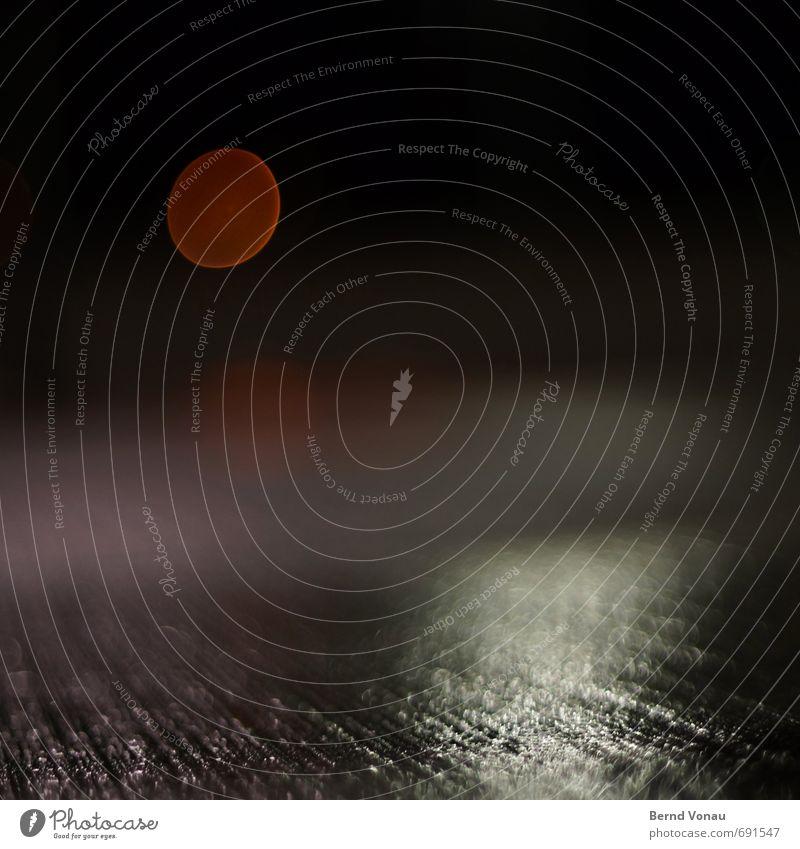Abendpille Straße grau rot schwarz Straßenbeleuchtung Strukturen & Formen Asphalt Oval rund ruhig Stadtzentrum Furche Linie Perspektive Ferne nah Farbfoto
