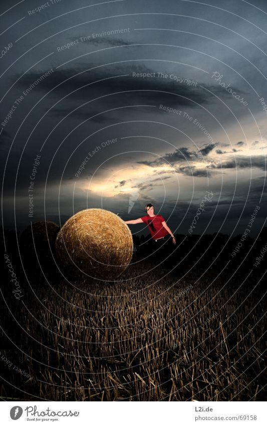 ANDTHEWINNERIS? Wolken Feld Ernte Stroh Heuballen Strohballen rund gelb Himmel Apokalypse Frau drücken Hardcore Natur Sonne Getreide harvest blau Schatten sky