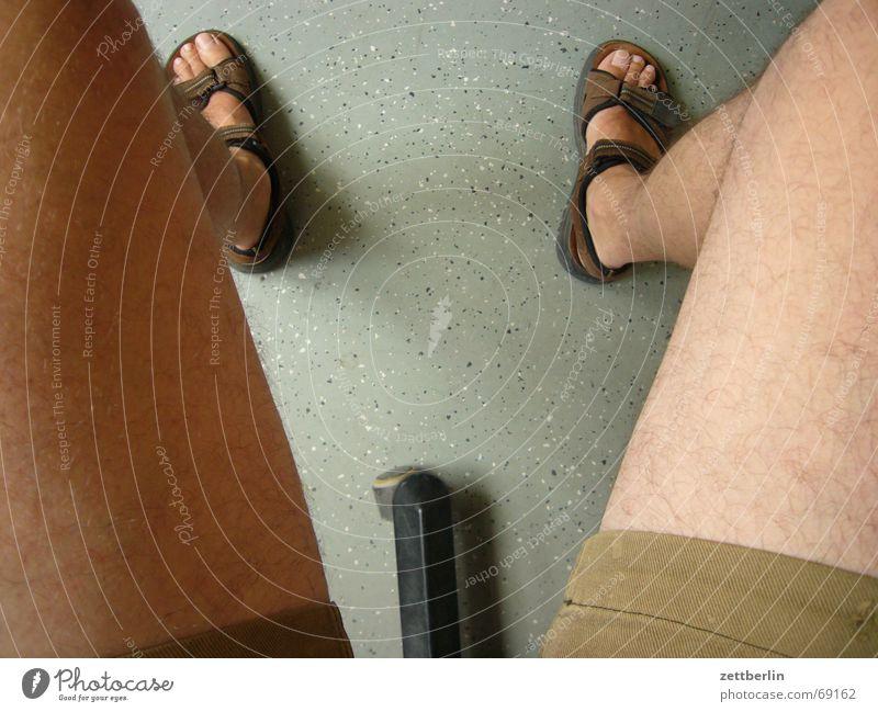 Blick nach unten Fuß lustig Hose Penis Shorts Zehen Witz Anschnitt Bildausschnitt Knie Sandale Oberschenkel Wade Exhibitionismus Unterschenkel Männerbein