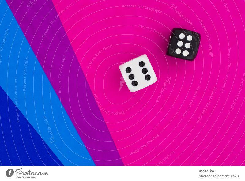 Würfel auf blauem und rosa Grafikhintergrund Lifestyle Glück Freizeit & Hobby Spielen Erfolg wählen verlieren Glückszahl gut Holz Wunsch Farbfoto Studioaufnahme