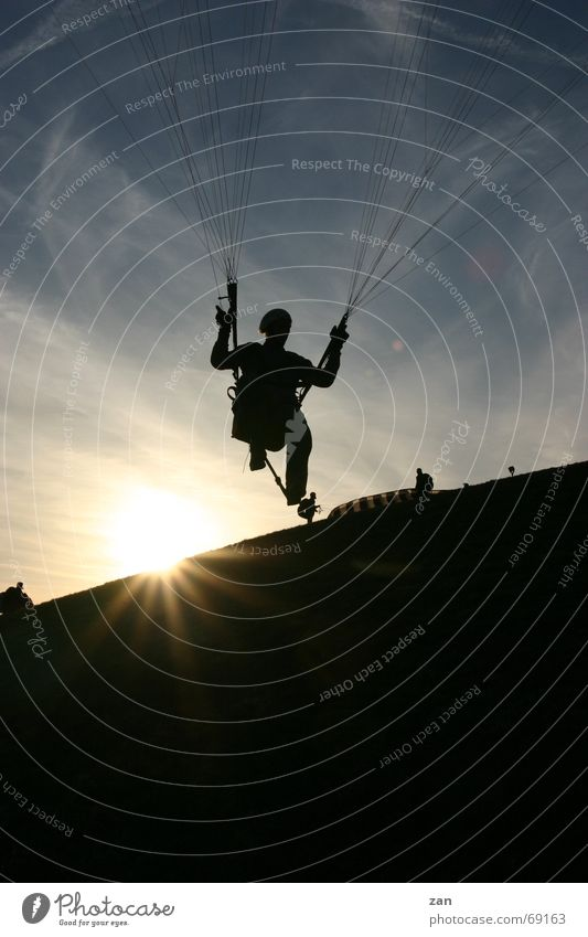 Paragliding-Pilot am Südhang der Wasserkuppe (Rhön) - Gegenlicht Sport fliegen Gleitschirmfliegen Fallschirm Flugsportarten