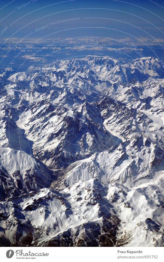 Oben. Himmel Ferien & Urlaub & Reisen blau weiß Einsamkeit Landschaft Wolken Ferne Berge u. Gebirge Schnee Horizont fliegen Luftverkehr Schönes Wetter Aussicht