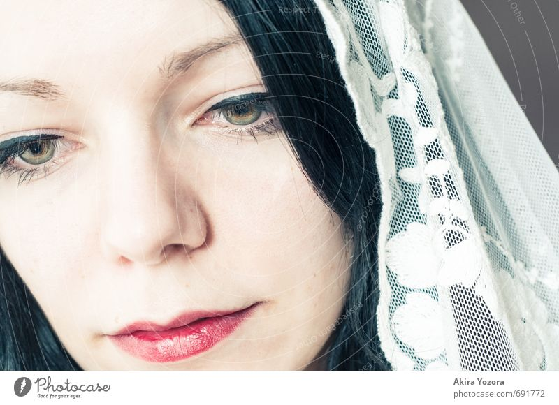 And the world hasn`t chanced II feminin Junge Frau Jugendliche Kopf 18-30 Jahre Erwachsene Accessoire Schleier schwarzhaarig langhaarig Denken grau rot weiß