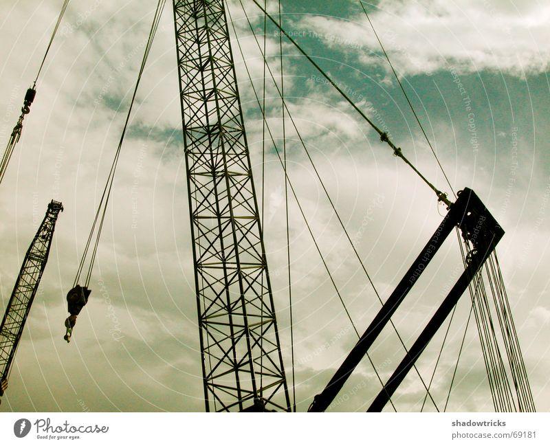 Industrielastkran Himmel grün blau Wolken Kraft Metall Beton Seil Europa Energiewirtschaft Güterverkehr & Logistik Industriefotografie Baustelle dünn Gewalt