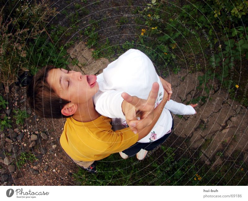 peace bruder Kind Spielen Unsinn Frieden Finger 2 weiß Gras Bahnübergang festhalten drücken Zerreißen Vogelperspektive unten Mädchen Schwester Zeichen Zunge