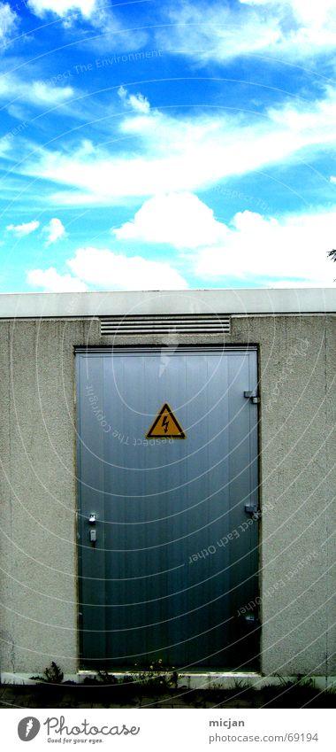 Himmelspforte weiß blau Wolken gelb Straße dunkel Wand grau Stein hell Metall Tür geschlossen Elektrizität gefährlich