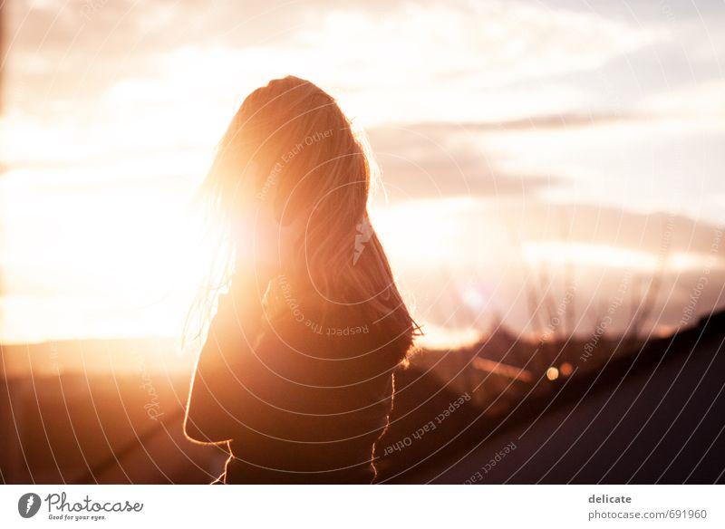Abendsonne feminin Junge Frau Jugendliche Kopf Haare & Frisuren Hand 1 Mensch 18-30 Jahre Erwachsene Himmel Wolken Sonne Gebäude Dach blond langhaarig