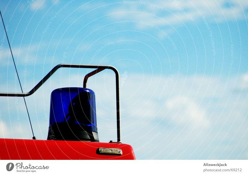 Tatütata Warnleuchte Feuerwehrauto Wolken weiß Notfall notleidend Alarm löschen blau Himmel höchste eisenbahn Brand platz da tatütata
