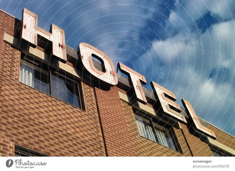 Hotel Anonymizer 1.0 Unterkunft Ferien & Urlaub & Reisen Leuchtreklame Typographie Buchstaben Wort Neonlicht Fassade Mauer Backstein Fenster Wolken Kanada