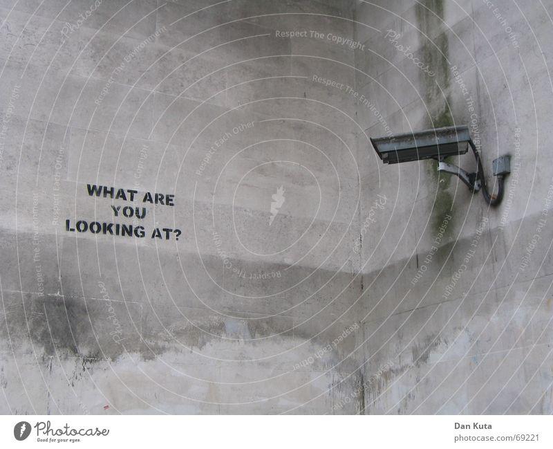 London Eye Freude Fotokamera Kabel Wetter Verkehrswege U-Bahn Beton Graffiti beobachten laufen lustig grau schwarz Sicherheit Überwachung Video spionieren Wand