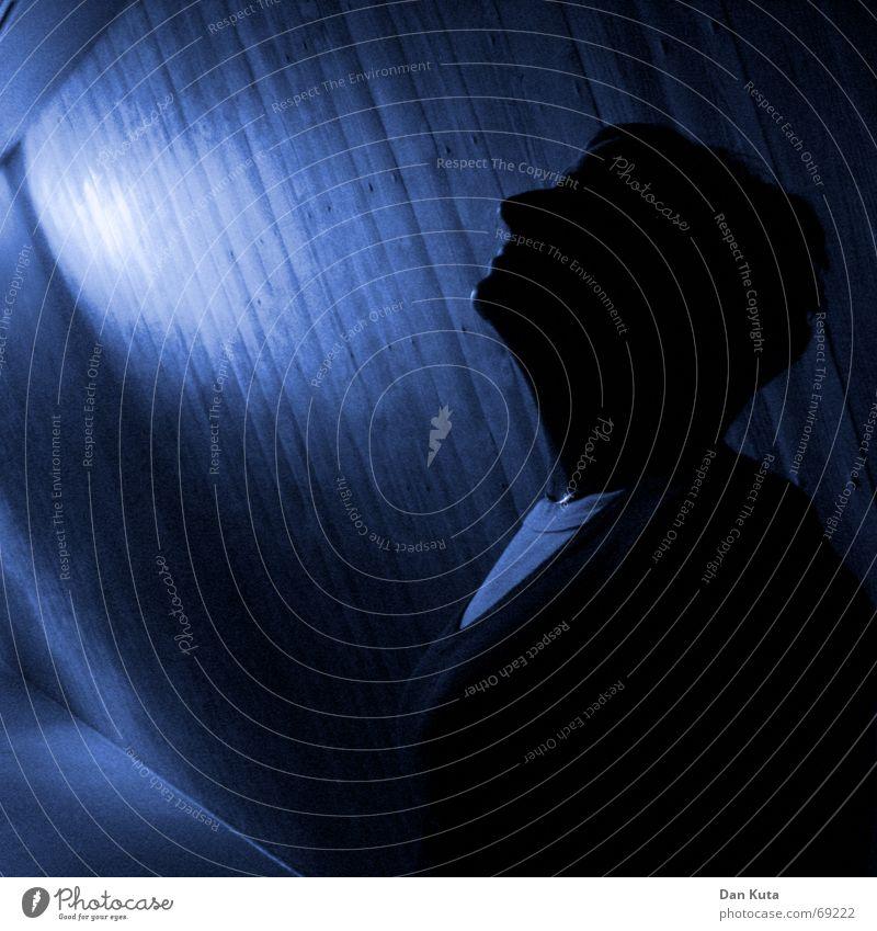 Ins Blaue hinein Beton dunkel Silhouette Licht & Schatten Dekolleté Erwartung Frau glänzend Moral Tunnel Profil blau tief Lichtstrahl Mensch Gegenlicht Lampe