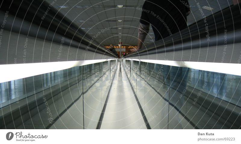 Ich lass mich gehen Mensch Mann grün Farbe grau Linie Zufriedenheit laufen Perspektive fahren Spiegel Konzert Mitte Tunnel Seite