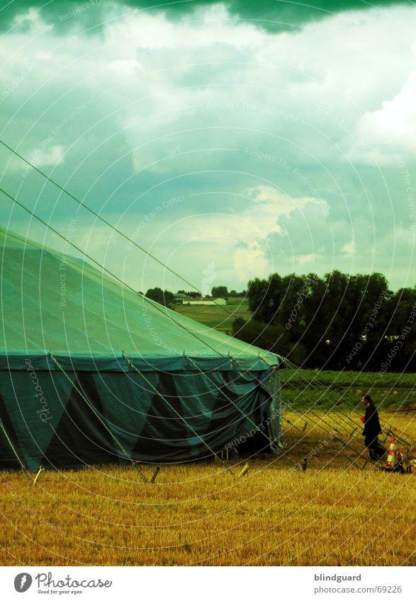 Vorhang Auf Zirkus Manege Zelt Wolken grün gelb Deutschland Amerika Draht Kuppeldach einrichten Show Akrobatik Artist faszinierend Nomaden Schausteller Dompteur