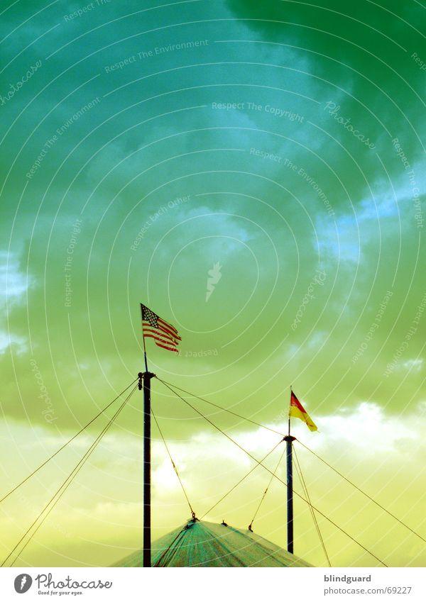When East Meets West Himmel grün blau Wolken Tier gelb Deutschland Trauer USA Fahne Show Amerika Strommast Draht Clown weinen