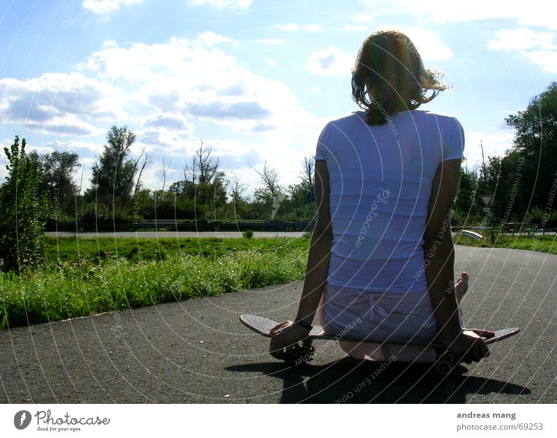 Relaxing in the sun Frau Himmel blau grün Baum Wolken Erholung Straße Wege & Pfade warten sitzen Asphalt Fußweg Autobahn Skateboarding Rolle