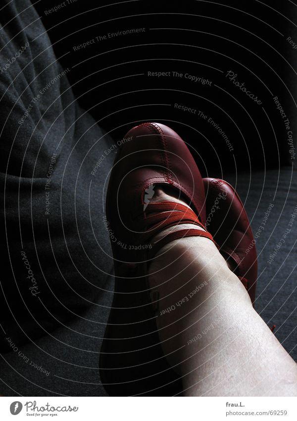 rote Schuhe Frau rot ruhig Erholung Fuß Schuhe Beine Bekleidung Pause Freizeit & Hobby Sofa Müdigkeit Wohnzimmer genießen gemütlich abgelegen