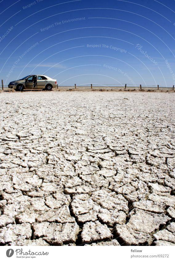 Weiter Himmel, trockenes Land PKW Tür groß Afrika Wüste Zaun Flucht Schönes Wetter Namibia Erosion Naturschutzgebiet Etoscha-Pfanne