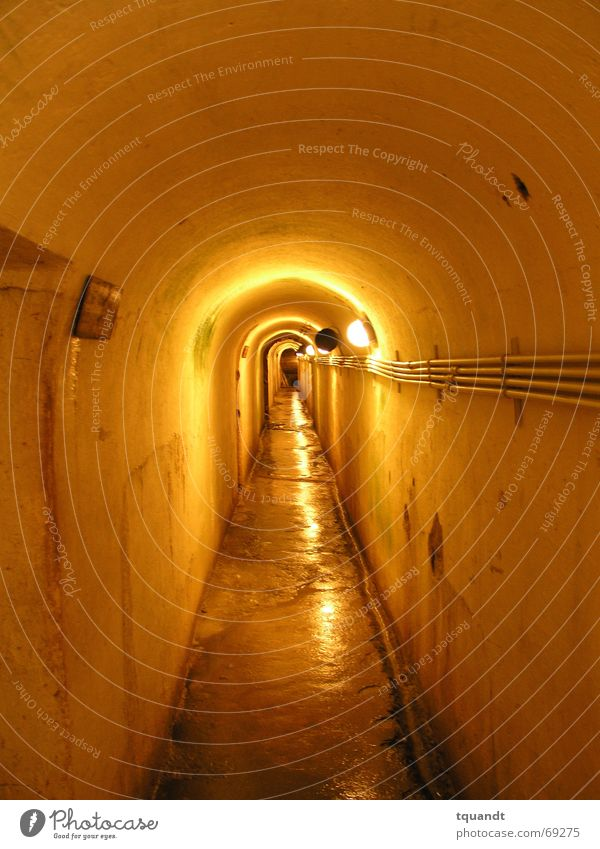 Schatten am Ende des Tunnels gelb eng Aussehen Untergrund Bunker