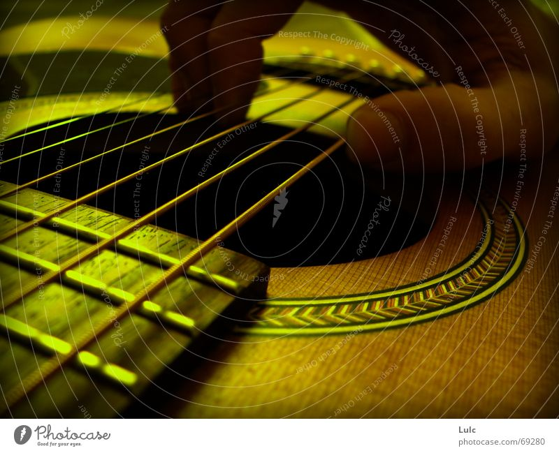 In the mood Musik Physik gelb guitar fingers strings acoustic hole Wärme nostalgic