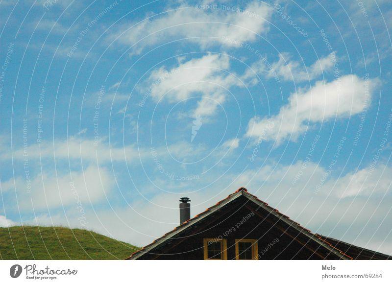 Elsigenalp Haus Hügel grün Dach Himmel blau Schornstein Detailaufnahme Rasen Wiese Wolkenformation Dachgeschoss Dachgiebel 1 2 Menschenleer Textfreiraum oben