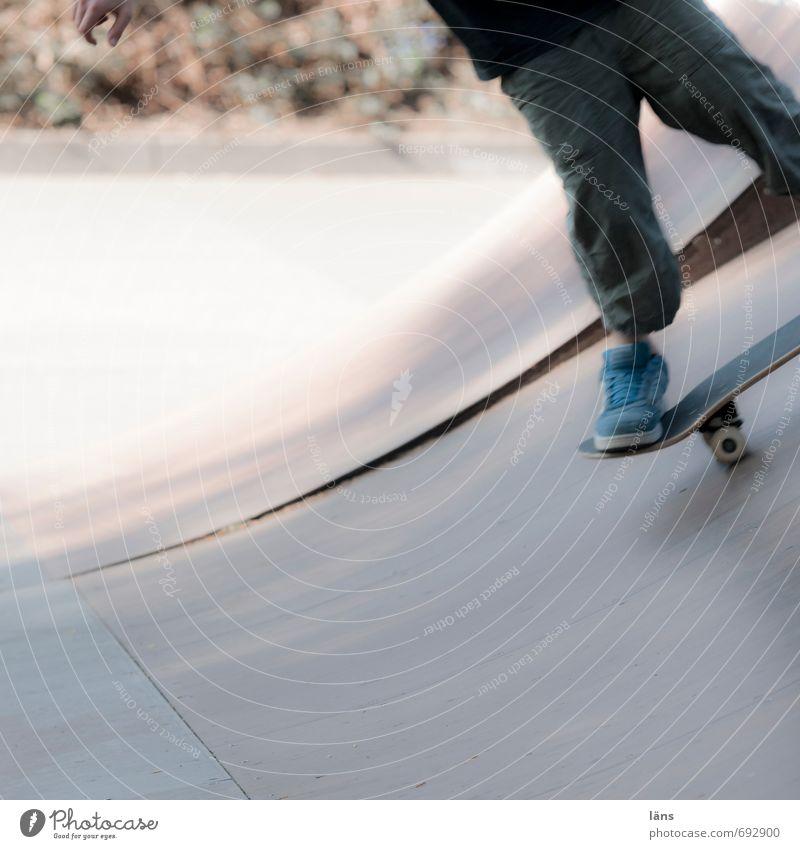 auf Deck Freizeit & Hobby Skateboard Halfpipe maskulin Junge Beine Fuß 1 Mensch stehen Coolness sportlich Lebensfreude Optimismus Mut Beginn Bewegung