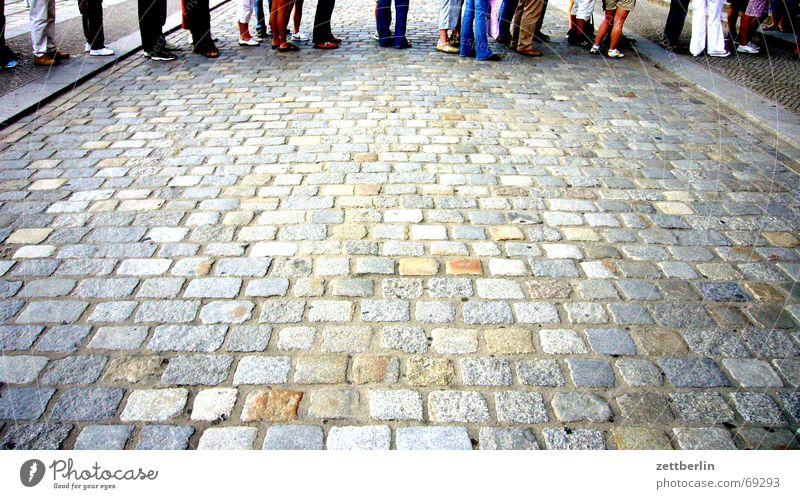Schlange Warteschlange Banane Arbeitsagentur Ausdauer warten bückware wartenummer geduldig Kopfsteinpflaster Beine Bauch Straße Deutscher Bundestag 16:9