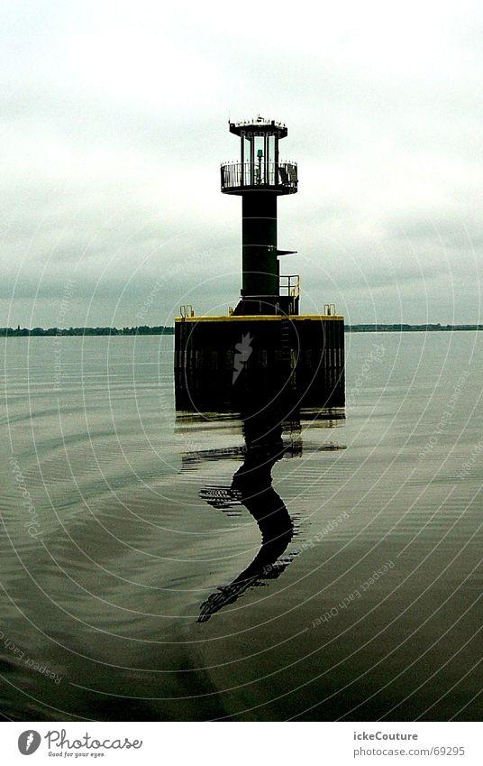 DIe Seeschlange flieht vor dem Turm Meer Leuchtturm Boje schlechtes Wetter grau Wellen Wasser Himmel Wolken