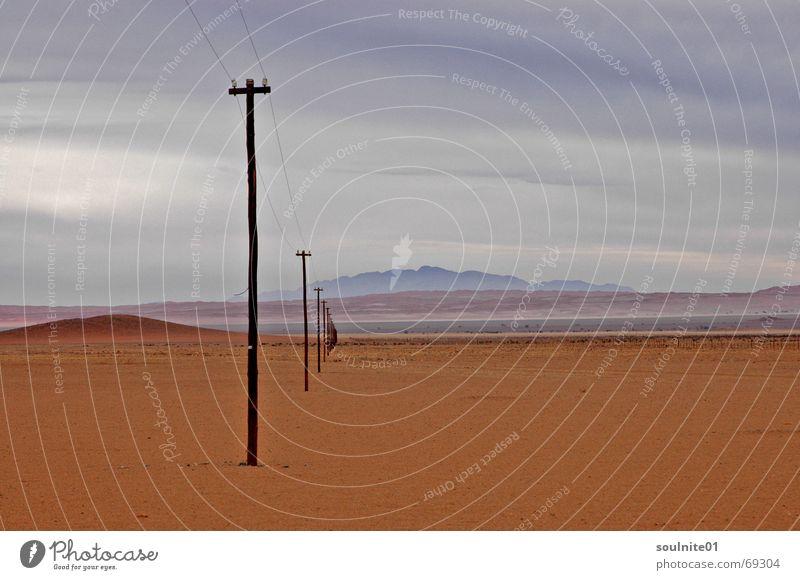 Ferngespräch Namibia Horizont Aussicht Fernweh Afrika telefonstange Wüste Sand Ferne Perspektive orange Natur vergindung