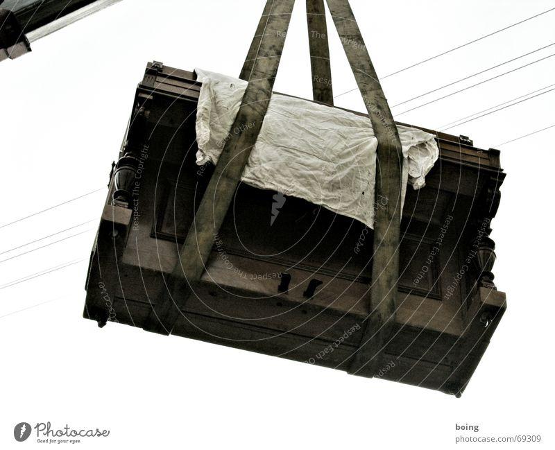 das fliegende Klavier Kran Hochspannungsleitung Kabel Ecke passen Klimpern Güterverkehr & Logistik Umzug (Wohnungswechsel) Gurt hängen Absturz dramatisch