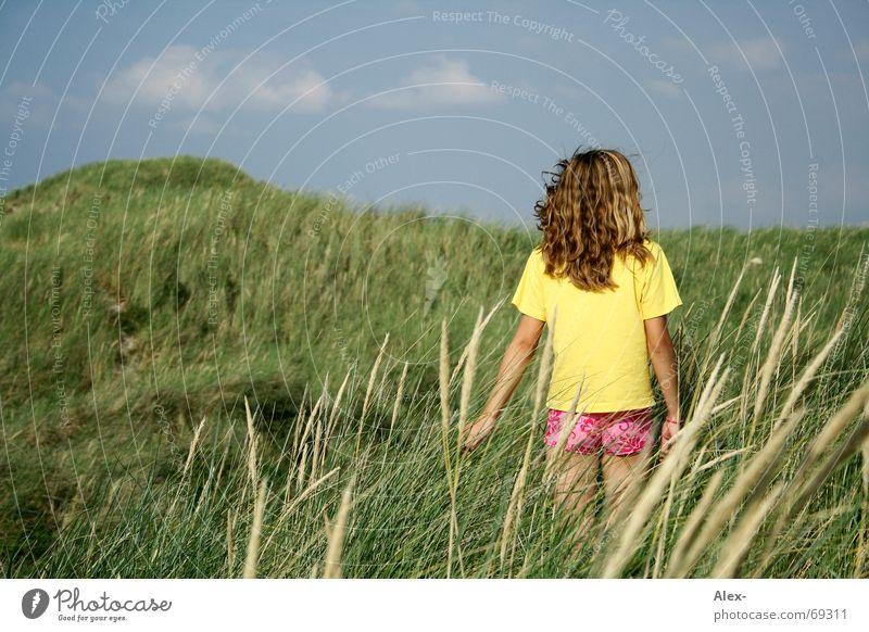 Wann kommt er zurück ... Mädchen Himmel grün Sommer Ferien & Urlaub & Reisen ruhig Wolken Einsamkeit gelb Erholung Wiese Gras Feld klein T-Shirt Sehnsucht