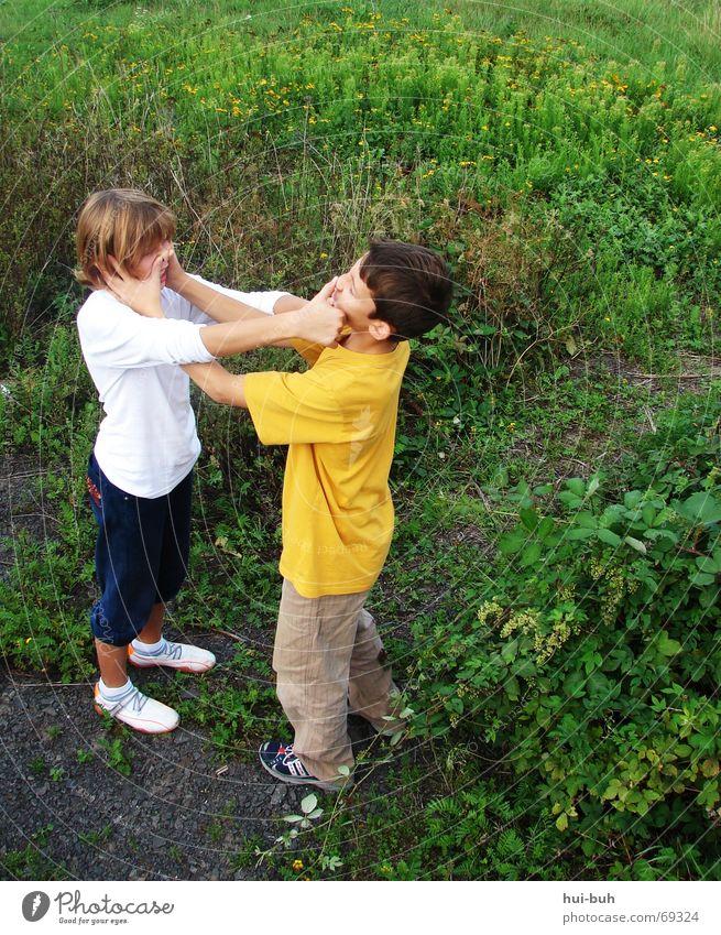 ich drück dir die nase ein Mädchen stehen Zusammensein Gras lustig Kind klein Hose Jacke Pullover T-Shirt Hand Schuhe toben Freude Junge play game Linie