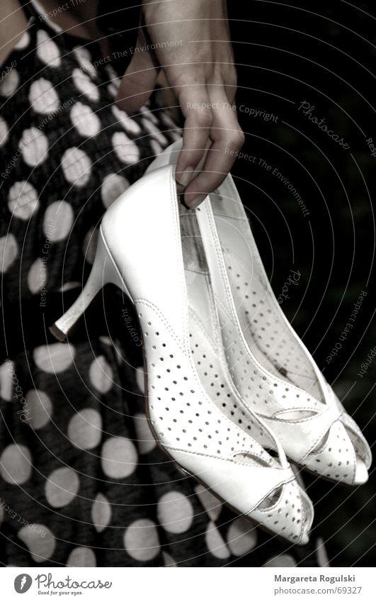 weiße Schuhe Hand Schuhe Kleid Punkt festhalten Treppenabsatz
