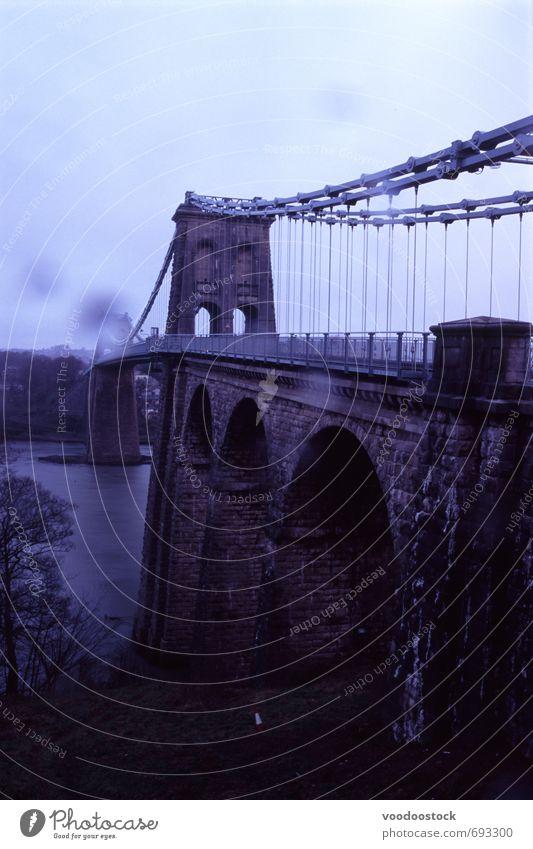 Mensaibrücke mit Regenpunkten Wolken Flussufer Brücke Stein Metall dunkel nass Mensai-Straße Suspension Bogen Kleiderbügel Tropfer Kurve stürmisch Regenhimmel