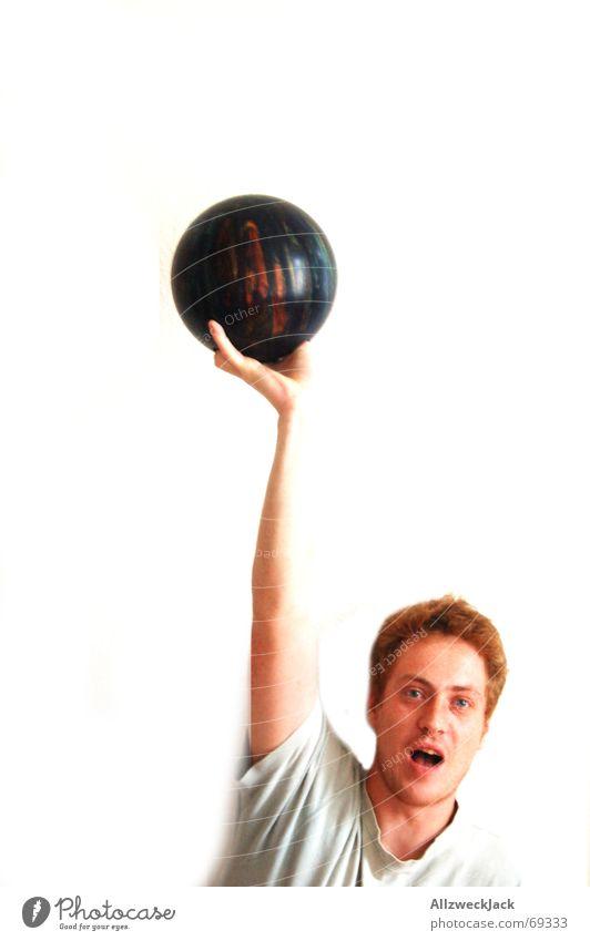 Der Bowler (1) Bowling Bowlingkugel Mann Erfolg Applaus rothaarig Sommersprossen bowler bowlingball Vor hellem Hintergrund monsterschwung siegerpose wurfarm