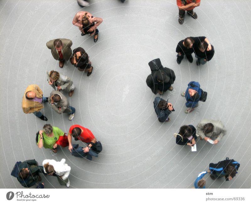people 02 sprechen Mensch Freundschaft Menschengruppe Hemd beobachten gehen laufen stehen warten Zusammensein oben grau Langeweile Grundriss Formation