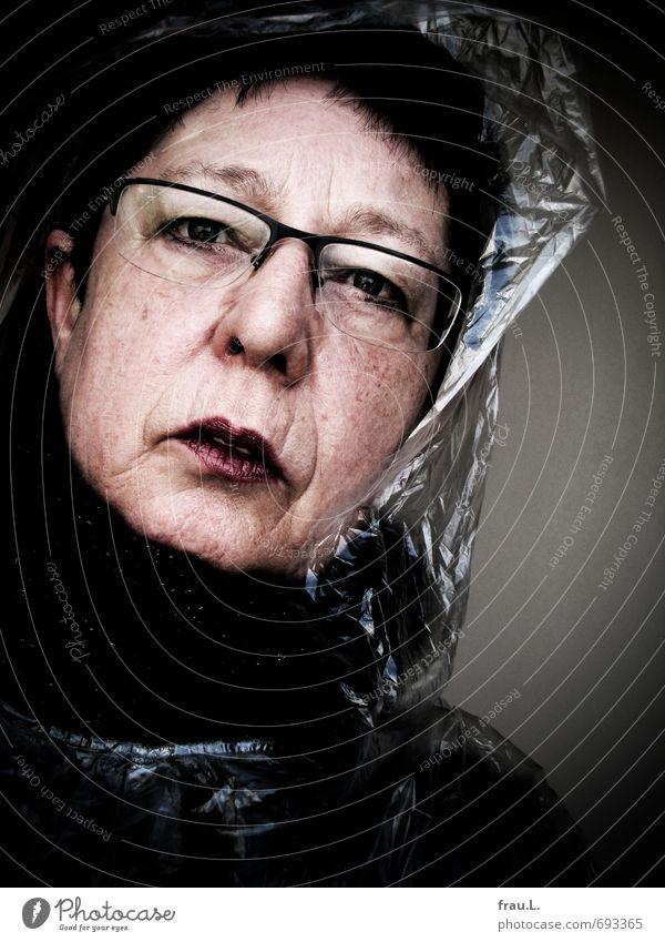 Regencape feminin Weiblicher Senior Frau Gesicht 1 Mensch 60 und älter alt hässlich einzigartig selbstbewußt Ärger gereizt Brille Schminke Schal ernst Farbfoto