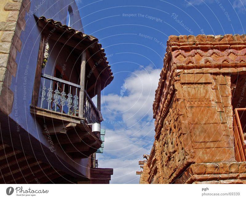 Blick nach oben Haus Balkon Wand Backstein Kontrast Himmel blau rotbraun