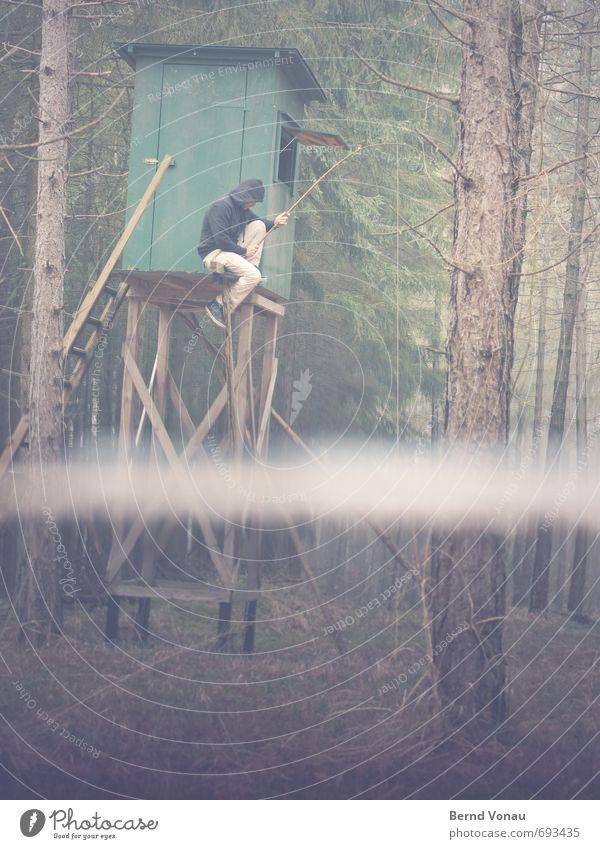 Im Trüben fischen Mensch maskulin Mann Erwachsene 1 30-45 Jahre grau grün Angeln Umwelt überflutung Wald Überschwemmung Baumstamm Hochsitz Hose Kapuze Angelrute