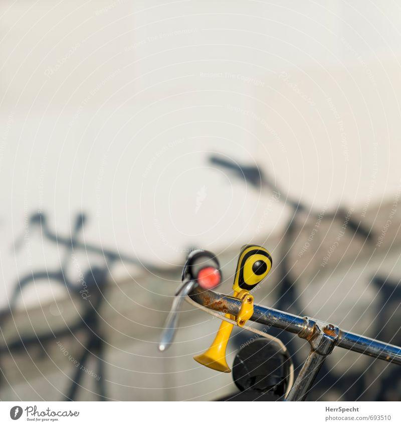 Tröt alt gelb Wand Verkehr Fahrrad Fahrradfahren Rost Abenddämmerung parken gestreift Personenverkehr Schattenspiel Abendsonne Fahrradlenker markant Lenker